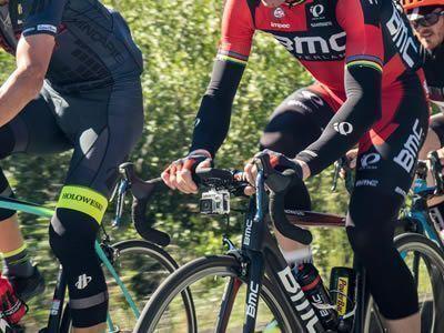 Ciclisti pedalano nel verde