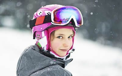 Bambina attrezzata da sci